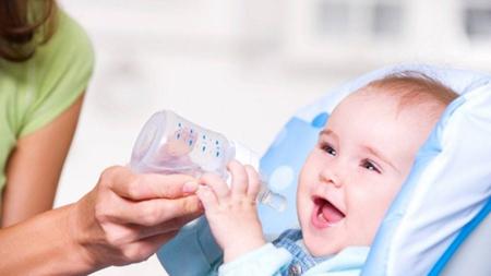 Bình tập uống nước cho bé